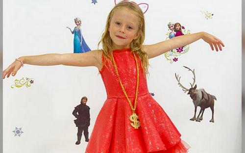 Khó tin: Vlogger 5 tuổi bị bại não bẩm sinh kiếm 18 triệu USD từ YouTube