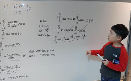 Cậu bé Hàn Quốc 6 tuổi gây sốt với khả năng toán học phi thường