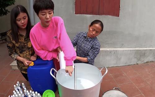 Dịch Covid-19: Bà Tân Vlog làm nồi gel sát khuẩn siêu to khiến xóm làng nức lòng