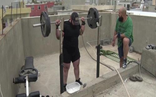 Vì COVID-19, VĐV cử tạ Iraq biến mái nhà thành... phòng tập gym