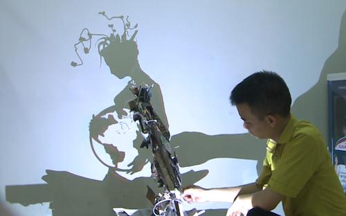 Chàng trai 9x biến rác thải thành tác phẩm điêu khắc ánh sáng