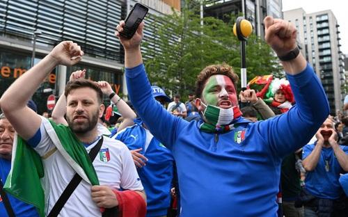 CĐV ngất ngây sau khi đội tuyển Italia giành vé vào chung kết EURO 2020